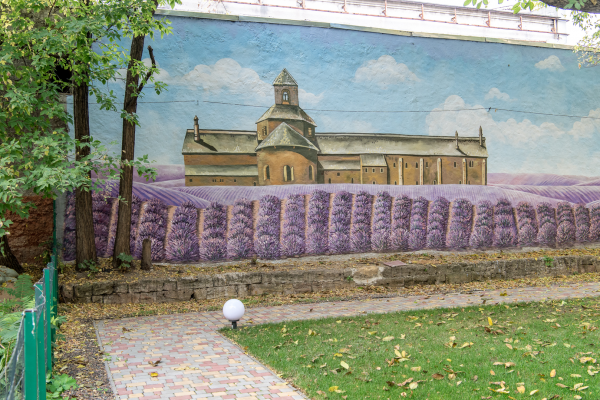 Роспись двора отеля