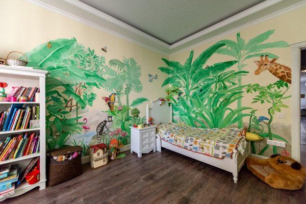 Роспись на стенах в квартире семьи