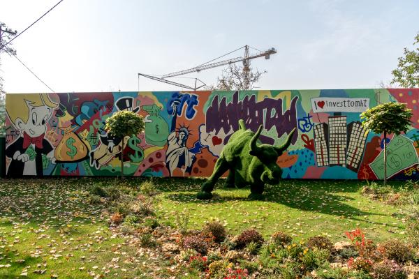 Граффити на стенах строящегося дома