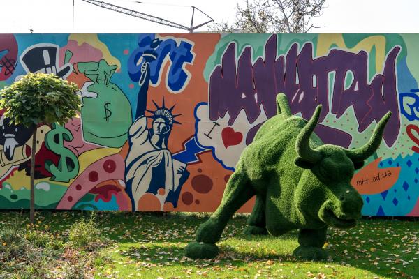 Креативная роспись стен зеленой площадки красками